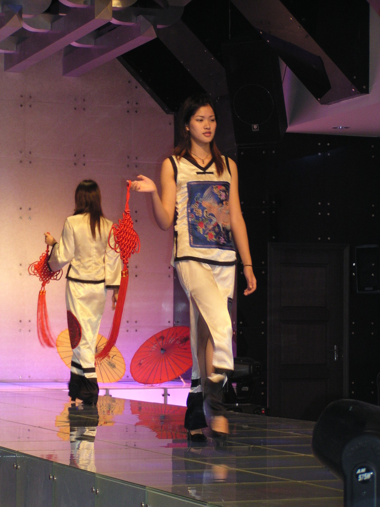 Fashion show at the Nanjing Brocade Research Institute